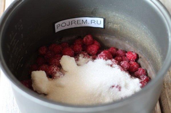 Малина с сахаром, подготовленная к увариванию в мультиварке