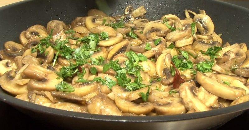 Жареные грибы станут отличным дополнением праздничного меню
