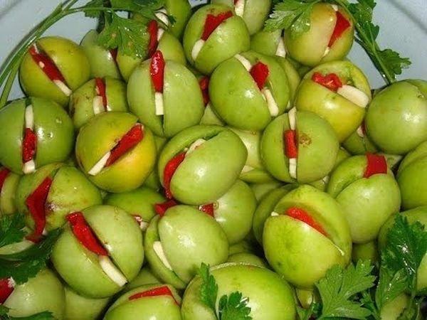 Фаршированные зеленые томаты с чесноком и перцем