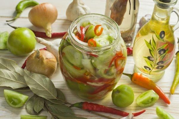 Засолка зеленых томатов часто проводится с добавлением лука