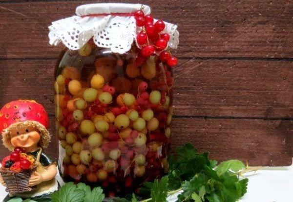 Из ягод и фруктов получится вкусный и полезный компот