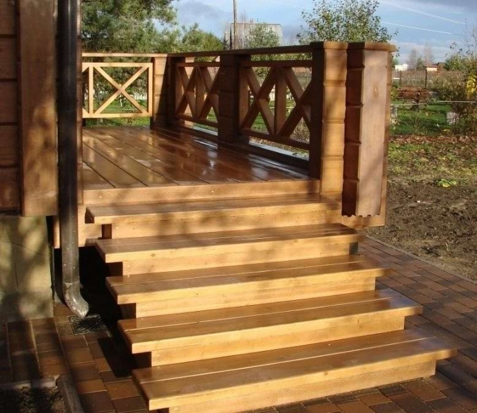 Лестница на веранду из дерева