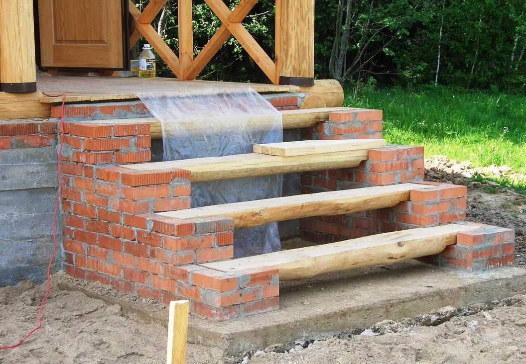 Кирпичная лестница с деревянными ступенями