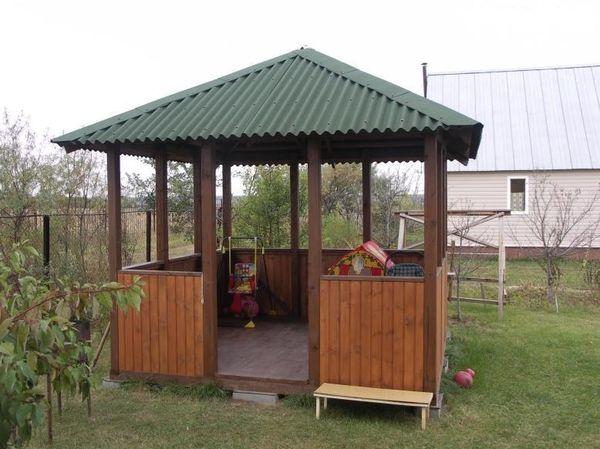 Профнастил - популярный материал для крыши беседки