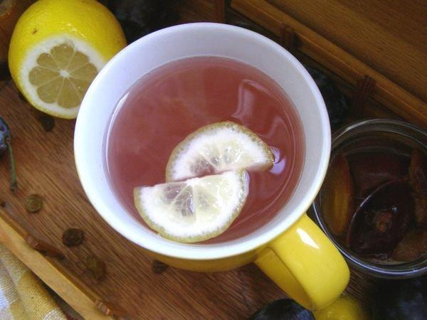 Напиток из слив с лимоном и изюмом