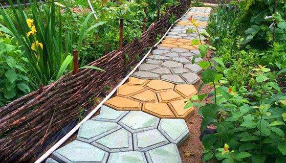 Оригинальные садовые тропинки из самодельных бетонных плит