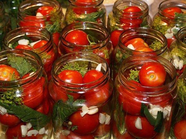 Консервированные помидоры в стеклянной таре