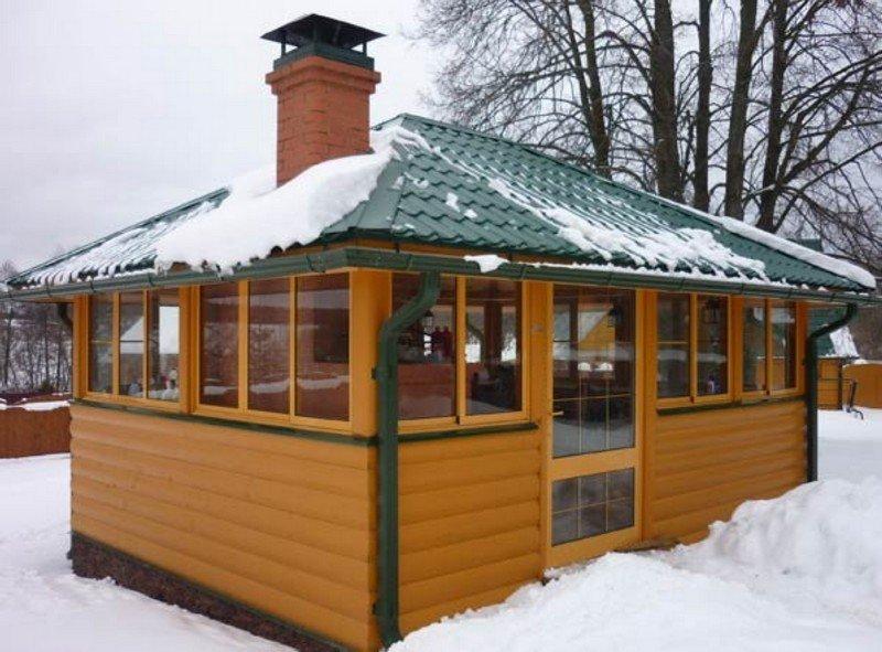 Остекленная садовая беседка зимой