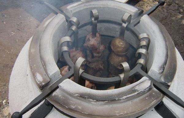 В тандыре готовят не только мясные и рыбные блюда, но и пекут хлеб