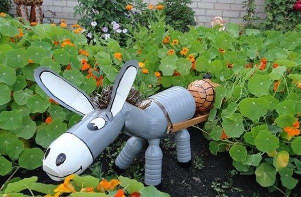 Из пластиковых бутылок можно сделать красивые садовые поделки