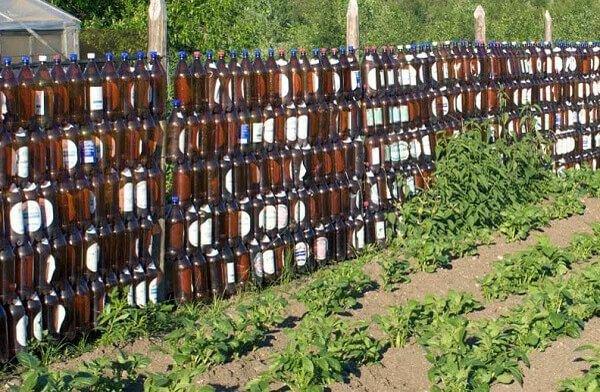 Забор также можно сделать из пластика