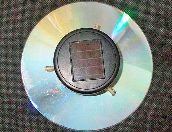 Садовый светильник с солнечной батареей из компакт-диска